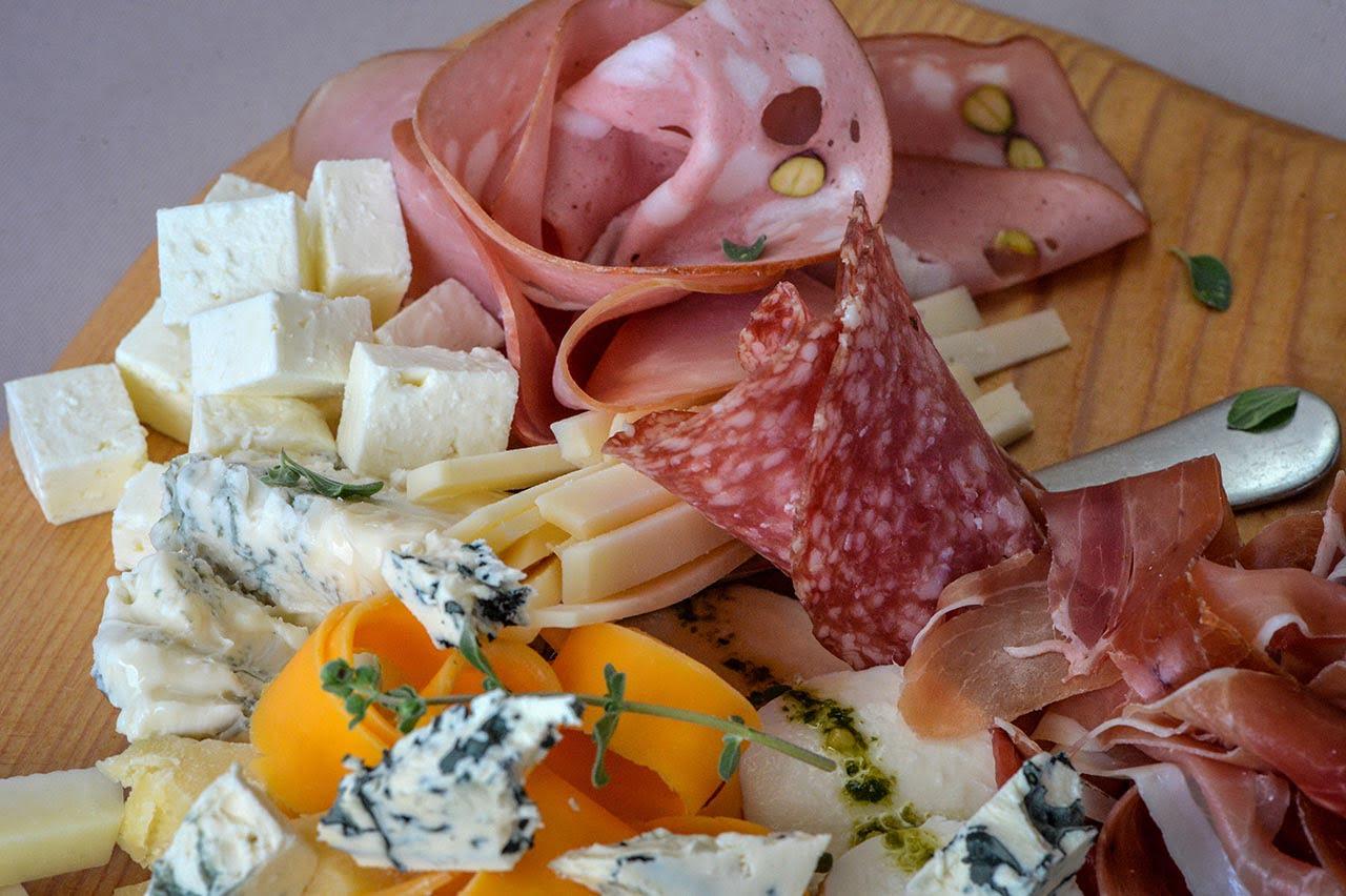 Εκλεκτά τυριά & αλλαντικά